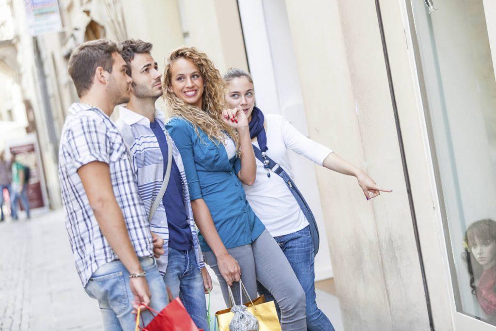 Einzelhandelsgeschäft besuchen